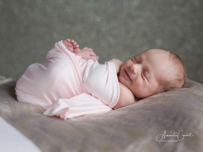 Séance bébé dans les tons de rose et mauve
