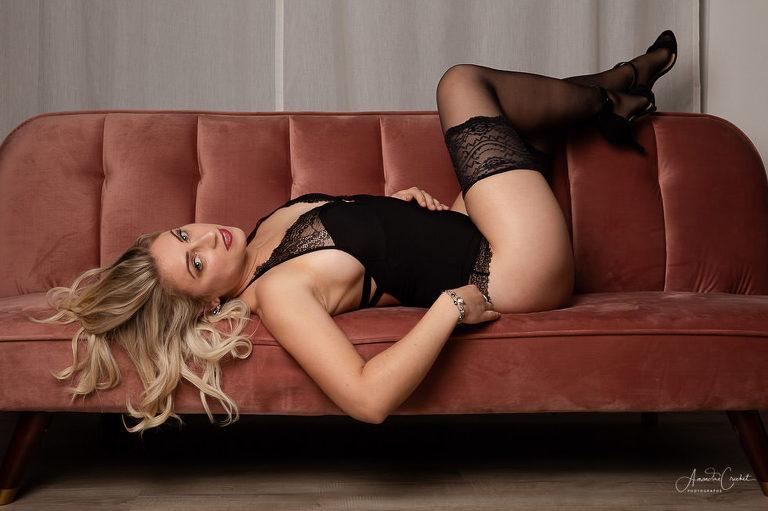 photo boudoir sur canapé rose